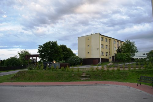 Uporządkowany teren między nowym atzw. nauczycielskim blokiem