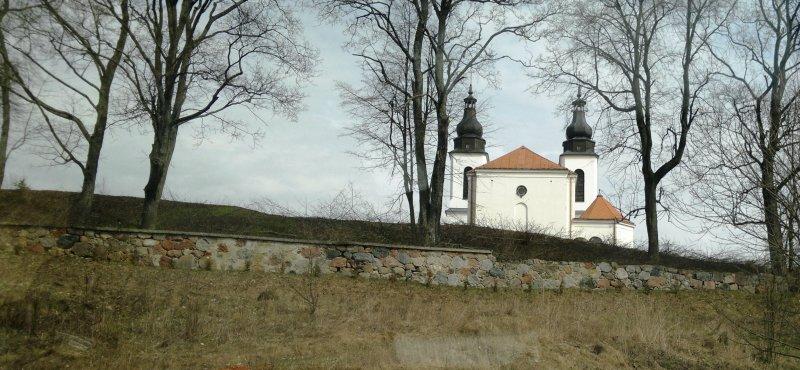 Usunięte zakrzaczenia wokół kościoła wBakałarzewie